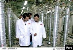 Президент Ирана Махмуд Ахмадинежад посещает ядерный комплекс в Натанце в апреле 2008 года