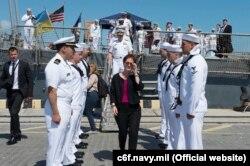 Первая женщина-посол США в Украине Мари Йованович после посещения USS Hué City во время его пребывания в Одессе, 24 июля 2017 года