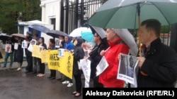 Участники акции протеста против приговоров Сенцову и Кольченко у ворот посольства России в Варшаве