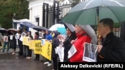 Учасники акції протесту проти вироків Сенцову і Кольченку біля воріт посольства Росії у Варшаві, 25 серпня 2015