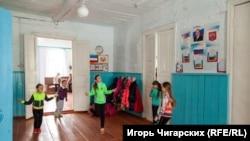Урок физкультуры в коридоре