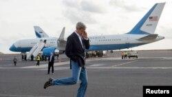 În timpul unei escale de realimentare a avionului secretarului de stat american