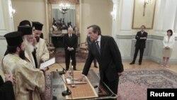 Андоніс Самарас складає присягу прем'єр-міністра в палаці президента Каролоса Папульяса (позаду посередині) в Афінах 20 червня 2012 року