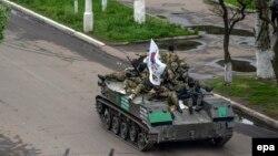 Вооруженные мужчины на бронетехнике в Славянске. 30 апреля 2014 года.