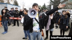Десятки студентов Аграрного университета Грузии вышли сегодня на улицы Тбилиси