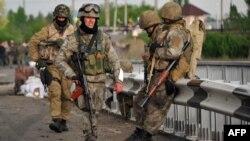 Украинские военнослужащие блокируют дорогу из Краматорска в Славянск