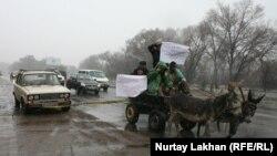 Флешмоб в селе Абат Алматинской области по поводу дефицита и подорожания бензина. 8 ноября 2014 года.