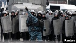 Киев милицияси ходимлари.