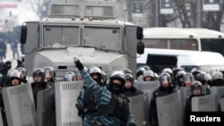 Украинские омоновцы забрасывают камнями участников протестов