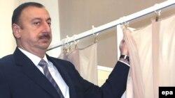 Президенти Озарбойҷон Илҳом Алиев ҳангоми раъйдиҳӣ