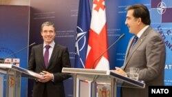 Андерс Фог Расмуссен (слева) и Михаил Саакашвили