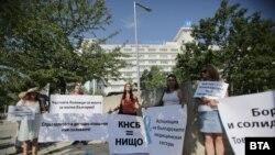"""Медицински сестри пред болница """"Токуда"""" протестират за достоен труд и срещу уволнението на колегата си Мая Илиева"""