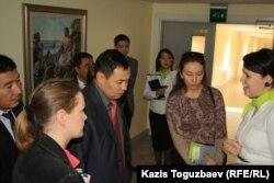 В центре: Нуржан Жапаркул – на тот период руководитель управления по делам религии города Алматы – во время экскурсии в региональном центре Свидетелей Иеговы. Алматы, 3 октября 2014 года.