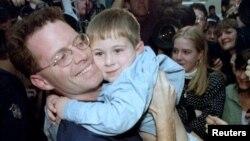 Doček američkog novinara Dejvida Roda u Bostonu nakon što je 9. novembra oslobođen iz zatočeništva bosanskih Srba.