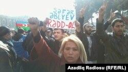 "Момент акции протеста на площади Фонтанов в Баку. На плакате написано: ""Сафар Абиев, убирайся!"""