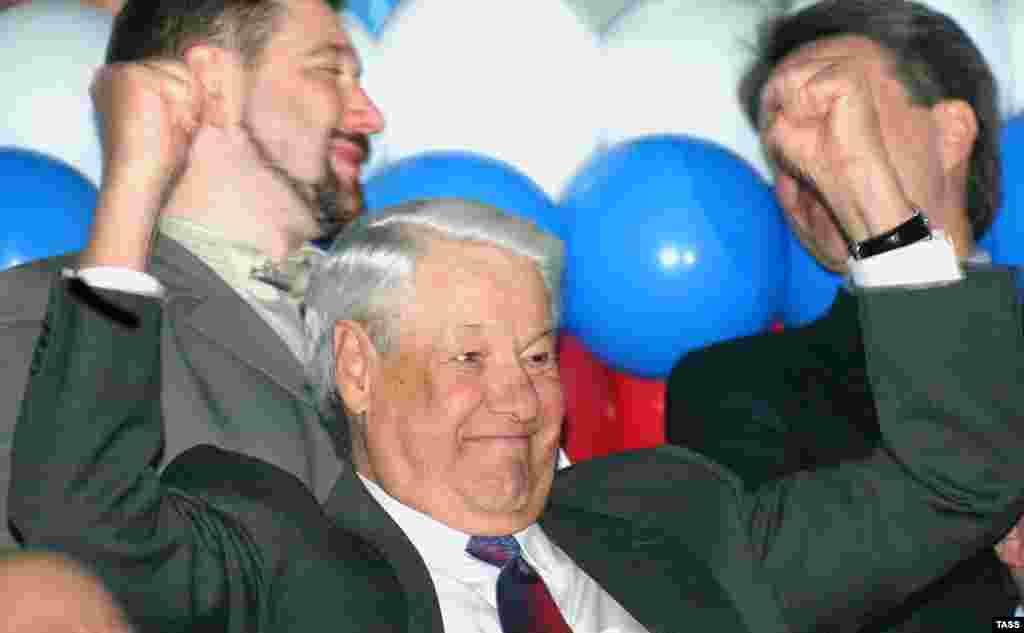 Former President Boris Yeltsin watching a volleyball tournament in Nizhny Tagil on April 25, 2004 (TASS) - Russia – Politics – Ex-President Boris Yeltsin celebrates a Russian victory over Cuba in the Yeltsin Cup volleyball tournament, Nizhny Tagil, 25Apr2004. Source: ITAR-TASS.