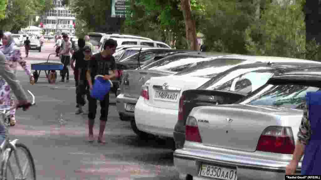 Таджикистан. Подросток моет машины в Душанбе