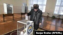 Мужчина на избирательном участке в Ошской области Кыргызстана. Иллюстративное фото.