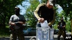"""Пророссийские сепаратисты голосуют на """"референдуме о самоуправлении"""". Славянск, 11 мая 2014 года."""