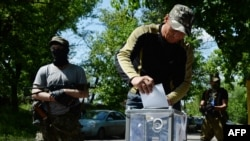 Ukraine -- Pro-Russian fighters vote during an independence referendum at their position, Slavyansk, 11May2014