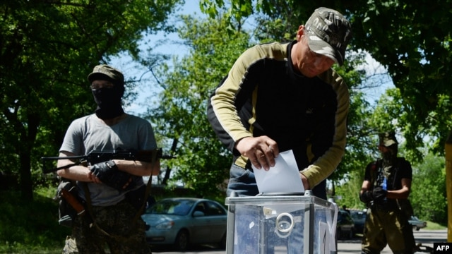 Pro-Russian fighters vote during an independence referendum at their position in the eastern Ukrainian city of Slovyansk on May 11.