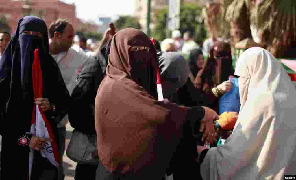 """Мохаммед Шафикті қолдайтын """"Мұсылман бауырлар"""" ұйымының мүшелері. Каир, 22 маусым 2012 жыл"""