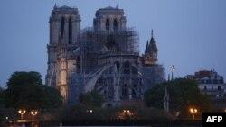 Внаслідок пожежі зруйновані шпиль і дах 850-річної готичної будівлі, але головна конструкція, зокрема обидві дзвіниці, вціліли