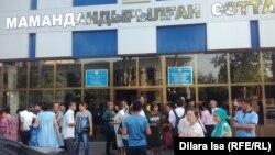 У здания специализированного межрайонного суда по уголовным делам в городе Шымкенте.