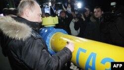 Президент России Владимир Путин оставляет автограф на газопроводе во время церемонии запуска газораспределительной станции в Южно-Сахалинске. 19 марта 2011 года.