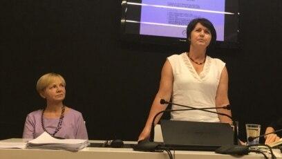 Suvada Selimović (stoji) i Marina Kljajić na javnom času u Beogradu