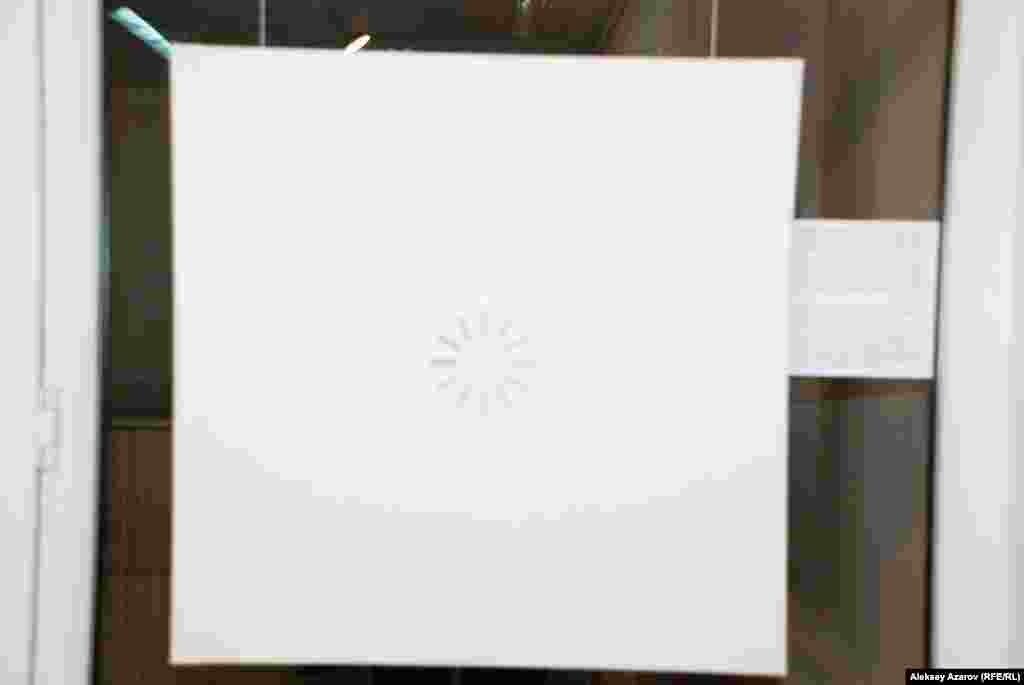 Интрига выставки. В последний день ее работы вместо этой картины с символом загрузки компьютерных приложений будет вывешена новая картина.