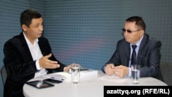 AzattyqLIVE хабарының қонағы, «Ұрпақ тағдыры - білімде» қоғамдық бірлестігінің төрағасы Ерсайын Ерқожа (оң жақта) және журналист Қасым Аманжолұлы.