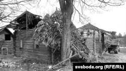 Разбурэньне роднага дома Быкава ў Бычках, 2004