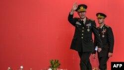 Началникот на Генералштабот на турската армија, генерал Хулуси Акар ги поздравува насобраните граѓани на протестот против неуспешниот воен удар изведен на 15 јули годинава, на 7 август 2016 во Истанбул