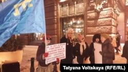Участник акции в поддержку крымских татар и полицейский. Петербург, 18 января 2018 года.