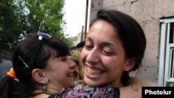 Журналистка газеты «Айкакан жаманак» Ани Геворкян вышла на свободы под подписку о невыезде, Ереван, 3 июня 2010 г.