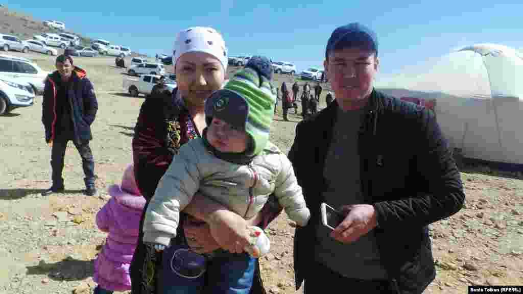Молодая семья на праздновании Амала.