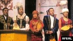 Айтыскер ақындар (солдан оңға қарай): Серікзат Дүйсенғазин, Сара Тоқтамысова, Күмісай Сәрсенбаева, Бақыт Жағыпарұлы, Айнұр Тұрсынбаева. Алматы, 21 наурыз 2010 жыл.
