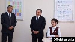 Президент Мирзиёев 2018 йилнинг 3 май куни Тўрақўрғонда Ибрат мактабини бориб кўрган эди. Сурат президент расмий сайтидан олинди.