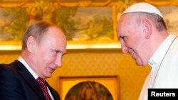 Vlladimir Putin (majtas) gjatë audiencës te Papa Françesk në Vatikan