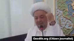 Главный имам-хатиб Ташкента Анвар-кори Турсунов демонстрирует прихожанам свои часы во время пятничной молитвы в мечети «Минор».