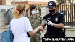 Ադրբեջանցի ոստիկանները կարանտինի կապակցությամբ ստուգում են բնակիչների փաստաթղթերը, Բաքու, արխիվ