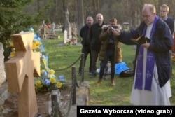 Деревянный крест, установленный на месте разрушенного три года назад памятника в польском селе Верхрата