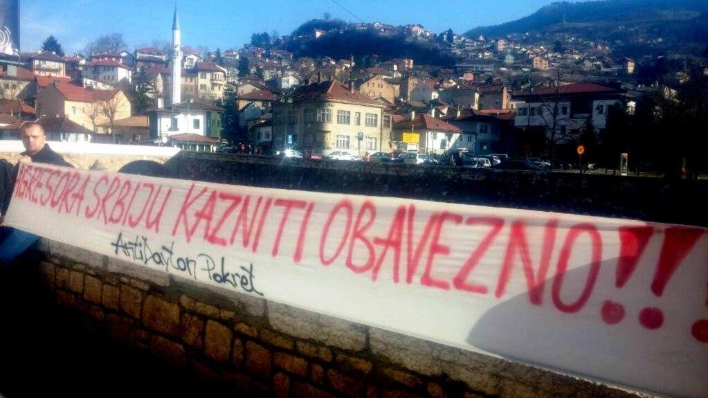 Jedan od transparenata ispred Vijećnice uoči održavanja savjetovanja, Sarajevo