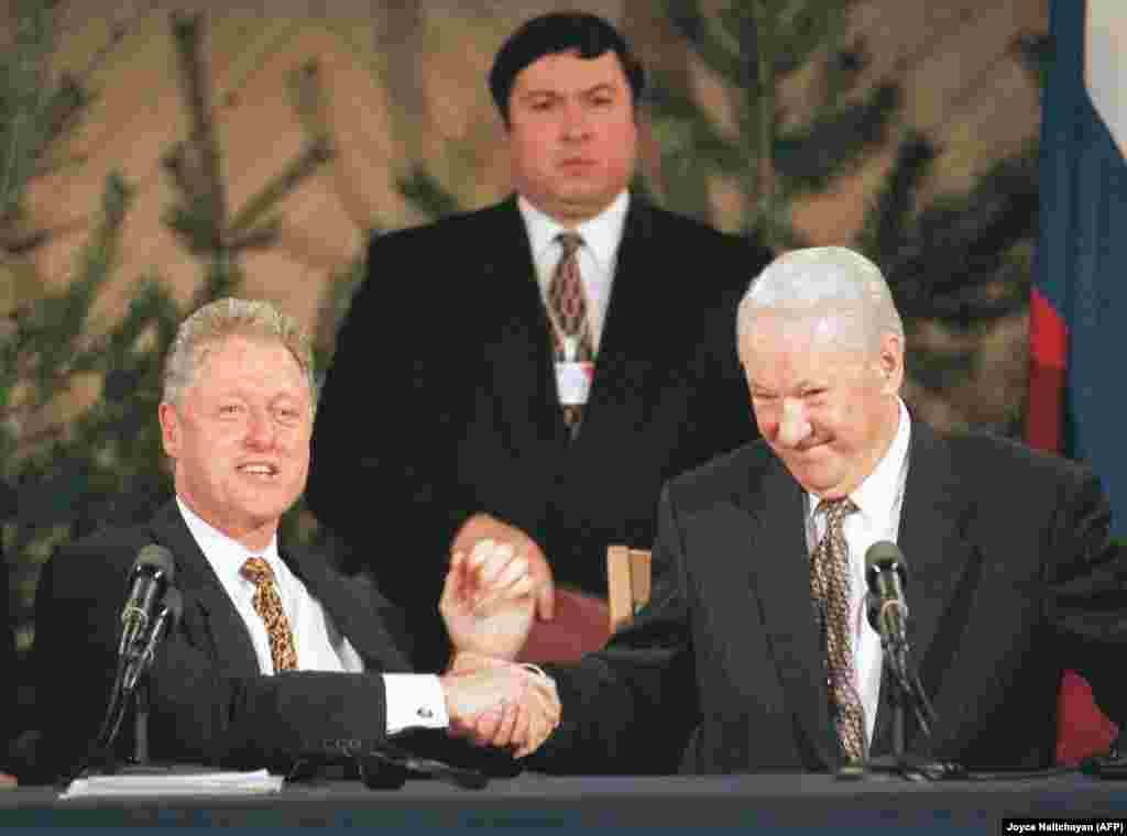 Bill Clinton și Boris Elțîn. Helsinki, Finlanda,21 martie 1997 Una din principalele teme de discuție în timpul celui de-al doilea summit Clinton – Elțîn a fost extinderea NATO, mai exact măsura în care Alianța Nord-Atlantică va primi sau nu țări din fostul bloc sovietic. Oficialii ruși, inclusiv Boris Elțîn, l-au avertizat pe Bill Clinton că o extindere a NATO în acel moment ar fi fost o greșeală majoră în condițiile în care numeroși ruși ar fi văzut mișcarea drept o mobilizarea militară, cu potențial destabilizator, la granițele Rusiei. Doi ani mai târziu, Polonia, Ungaria și Republica Cehă s-au alăturat Alianței Nord Atlantice.