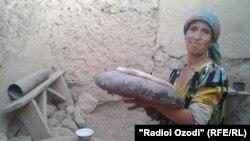 Оростамо Солехова печет хлеб из своего зерна.