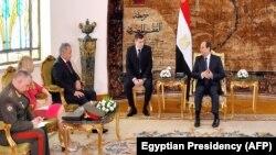 Президент Египта Абдель Фаттах ас-Сиси (справа) принимает в Каире министра обороны России Сергея Шойгу (третий слева). 12 ноября 2019 года