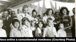 Nicolae Ceauşescu și Elena Ceauşescu la Târgul de mostre şi bunuri de consum de la Complexul Expoziţional din Piaţa Scânteii.(20.VIII.1977). Sursa: Fototeca online a comunismului românesc; cota:152/1977