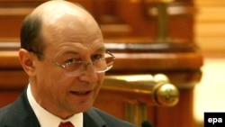 Romanian President Traian Basescu has offered fast-track citizenship to hundreds of thousands of Moldovans