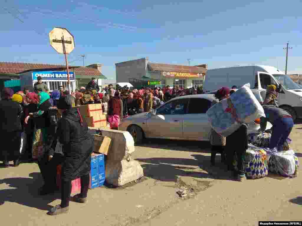 """Ош облусундагы кыргыз-өзбек """"Достук"""" өткөрмө бекетинде Өзбекстан тарапка өтүү үчүн 1,5 миңдей адам кезек күтүп турат."""